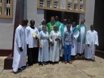 Avec évêque devant la cathédrale à Gamboma